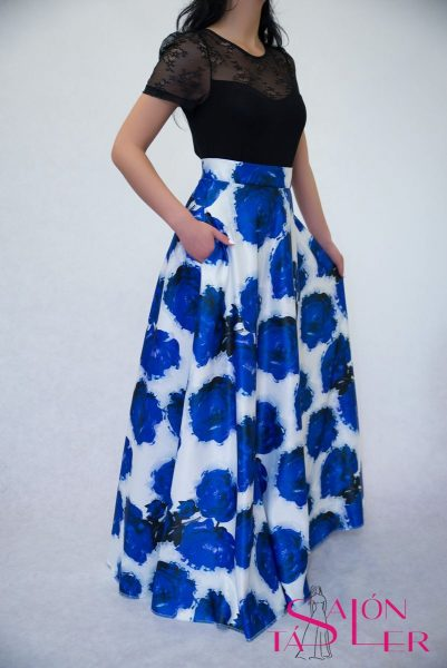 Kruhová sukňa z hrubého modrého potlačeného saténu z dielne KTD STYLE