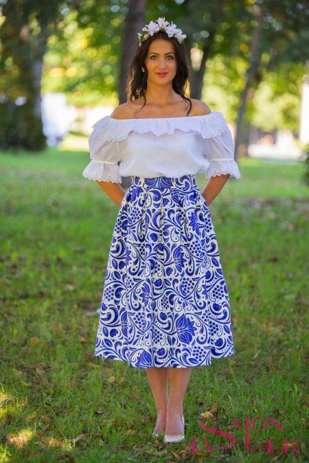 Krátka sukňa s modrým folklórnym vzorom z dielne KTD STYLE