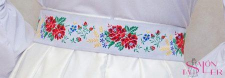 Opasok biely s folklórnou bordúrou značky KTD STYLE