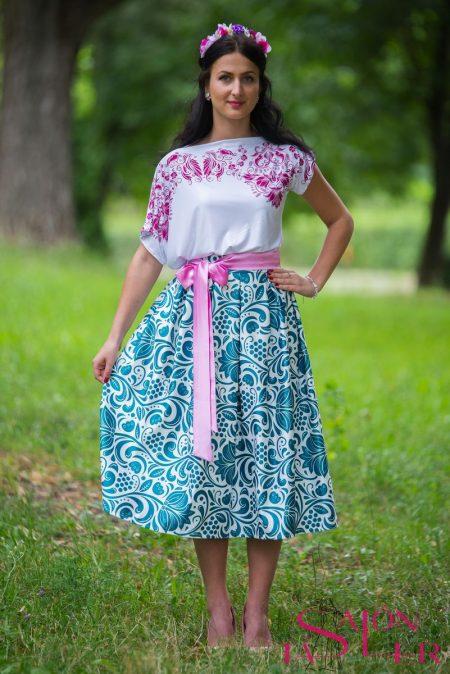 Krátka sukňa so smaragdovým folklórnym vzorom z dielne KTD STYLE
